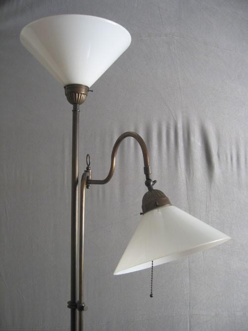 Stehlampe Messing 2flammig mit Gelenk opal-weiße Schusterschirme