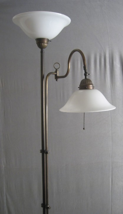 Stehlampe Messing 2flammig mit Gelenk opal-weiße Helmschirme